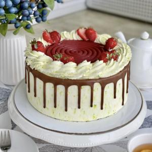 Шоколадно -  фисташковый с клубникой торт